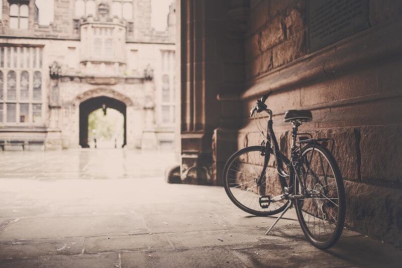 Una bicicletta, senza qualcuno che la guidi, è solamente un oggetto dalle forme sinuose, pronto a sferzare il vento, ma inerme.